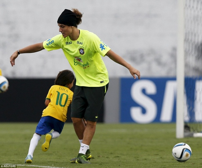 Con trai Kaka tap luyen cung David Luiz hinh anh 1