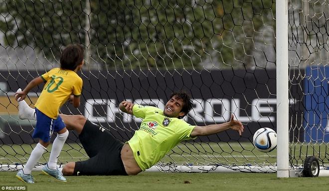 Con trai Kaka tap luyen cung David Luiz hinh anh 2