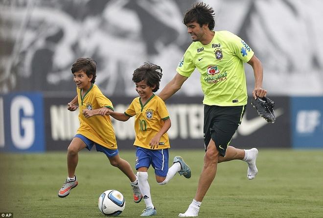 Con trai Kaka tap luyen cung David Luiz hinh anh 3