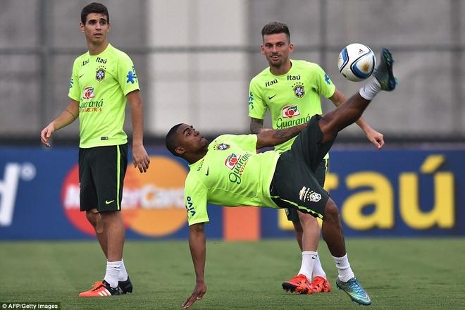 Con trai Kaka tap luyen cung David Luiz hinh anh 6