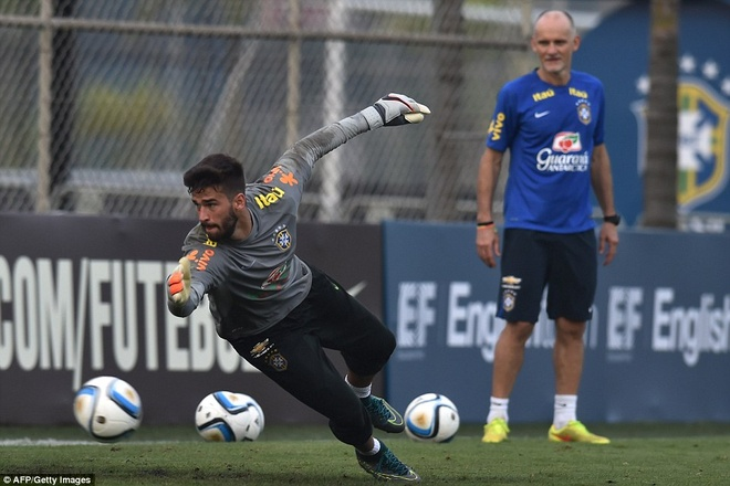 Con trai Kaka tap luyen cung David Luiz hinh anh 8
