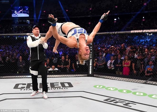 Nu hoang UFC Rousey bi ha knock-out trong tran thua dau tien hinh anh 10