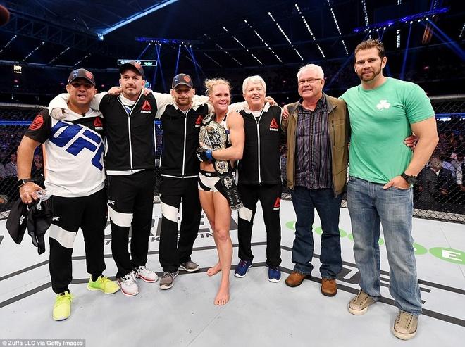 Nu hoang UFC Rousey bi ha knock-out trong tran thua dau tien hinh anh 13