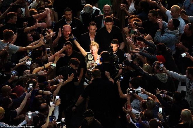 Nu hoang UFC Rousey bi ha knock-out trong tran thua dau tien hinh anh 14
