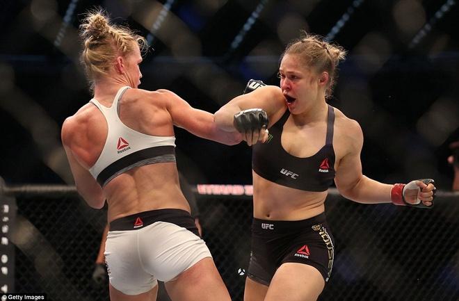 Nu hoang UFC Rousey bi ha knock-out trong tran thua dau tien hinh anh 4