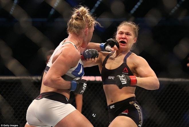 Nu hoang UFC Rousey bi ha knock-out trong tran thua dau tien hinh anh 5