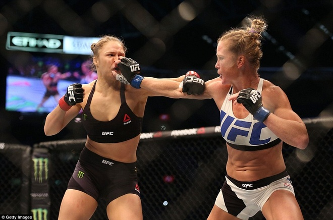 Nu hoang UFC Rousey bi ha knock-out trong tran thua dau tien hinh anh 6