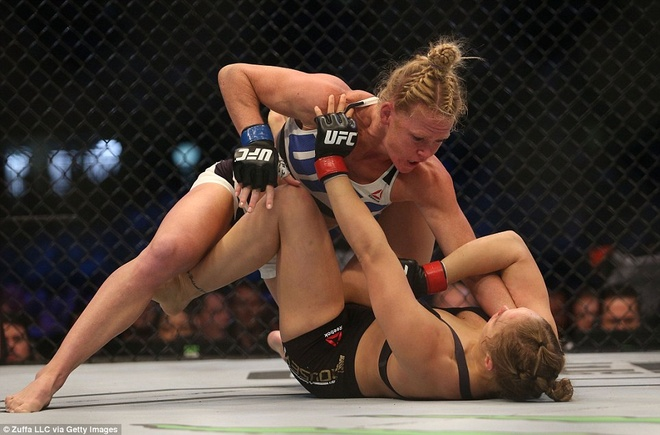 Nu hoang UFC Rousey bi ha knock-out trong tran thua dau tien hinh anh 7