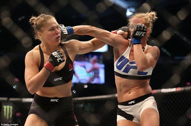 Nu hoang UFC Rousey bi ha knock-out trong tran thua dau tien hinh anh 8
