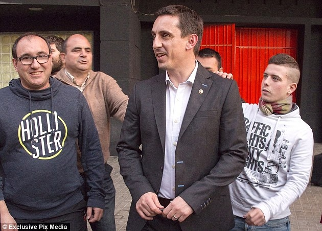 Neville duoc fan tang qua va chao don nong nhiet hinh anh 6