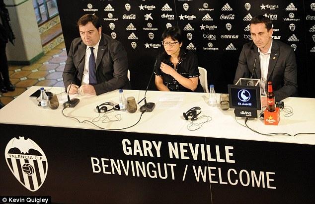 Neville duoc fan tang qua va chao don nong nhiet hinh anh 7