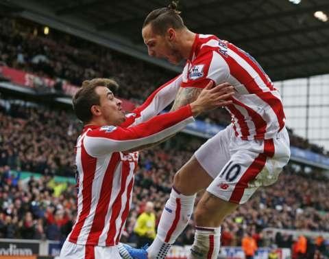 Thua Stoke 0-2, Man City mat ngoi dau bang hinh anh 13