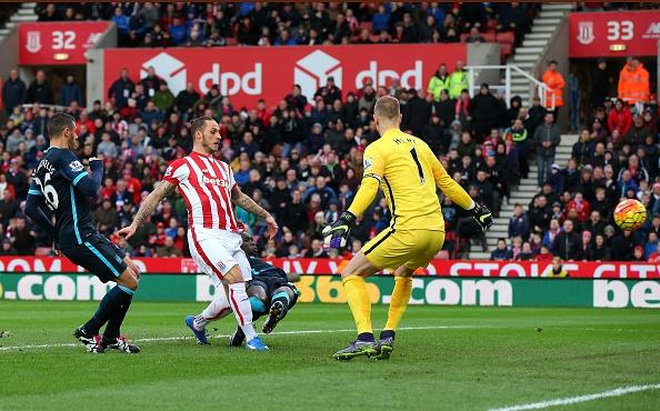 Thua Stoke 0-2, Man City mat ngoi dau bang hinh anh 15