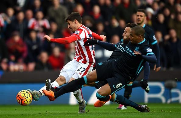 Thua Stoke 0-2, Man City mat ngoi dau bang hinh anh