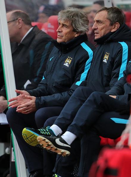 Thua Stoke 0-2, Man City mat ngoi dau bang hinh anh 23