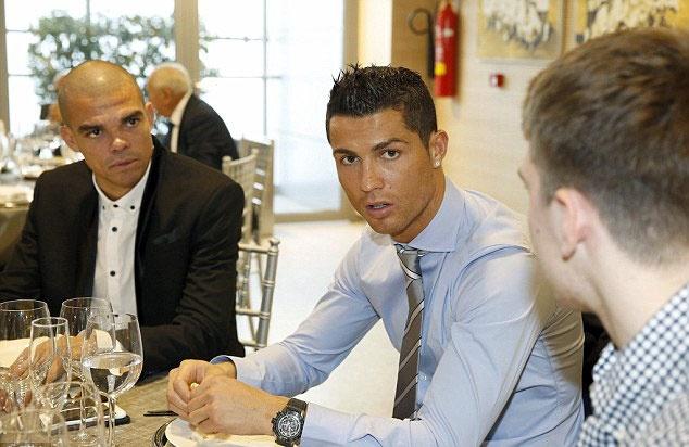 Ronaldo buon ba du tiec Giang sinh o Real hinh anh 2