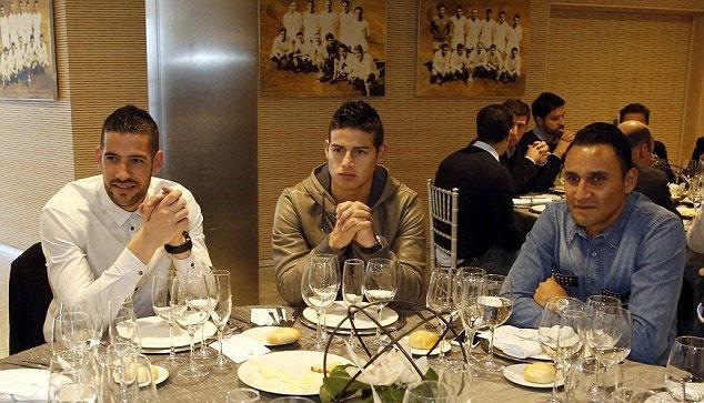 Ronaldo buon ba du tiec Giang sinh o Real hinh anh 5