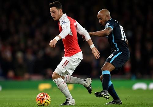 Arsenal 2-1 Man City: 'Phao thu' thang hoa nho Oezil hinh anh