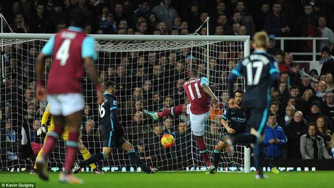 Aguero lap cu dup giup Man City thoat thua West Ham hinh anh 1