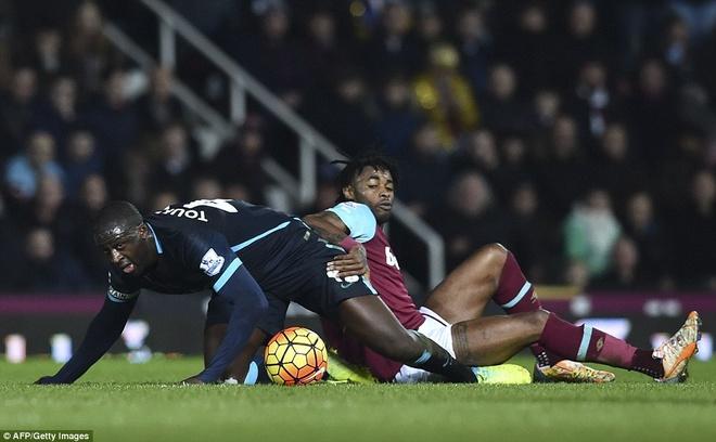 Aguero lap cu dup giup Man City thoat thua West Ham hinh anh 3