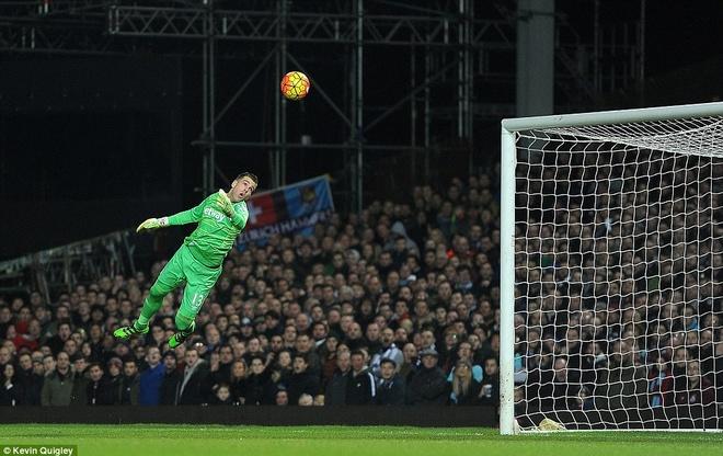 Aguero lap cu dup giup Man City thoat thua West Ham hinh anh 5