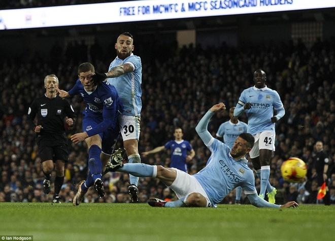 Trong tai mac sai lam, Man City vao chung ket League Cup hinh anh 2