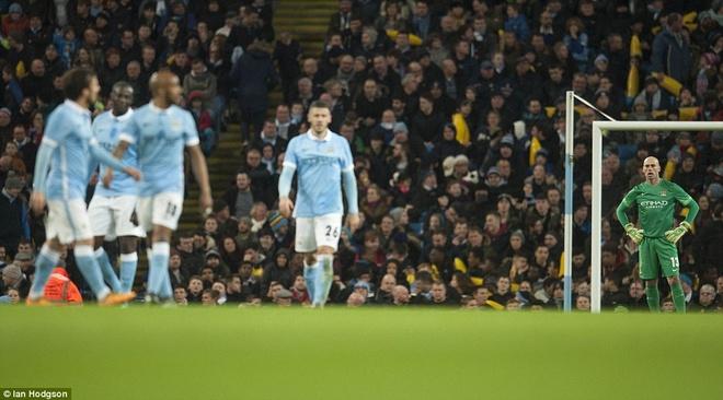 Trong tai mac sai lam, Man City vao chung ket League Cup hinh anh 4
