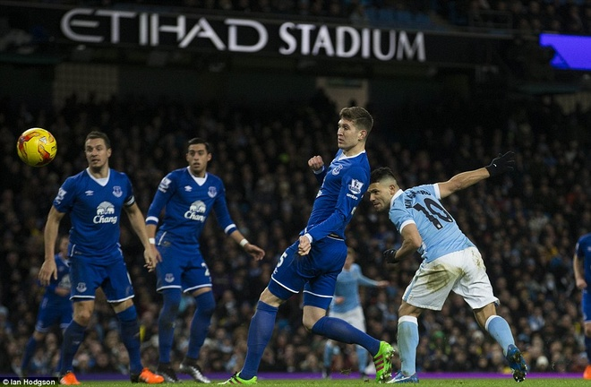 Trong tai mac sai lam, Man City vao chung ket League Cup hinh anh 9