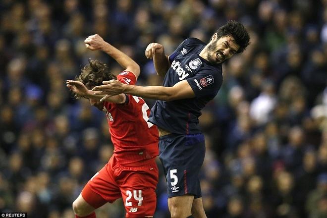Benteke dut diem toi, Liverpool phai da lai o FA Cup hinh anh 9