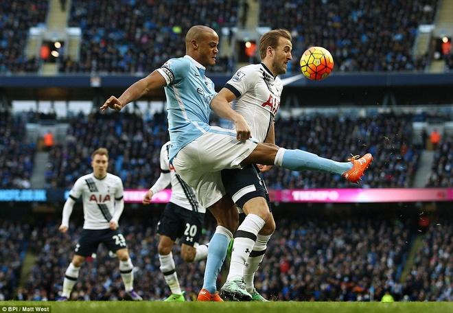 Thua Tottenham 1-2, Man City hut hoi trong top 4 hinh anh 1