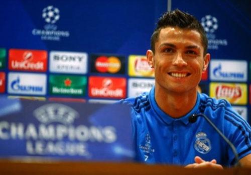 Ronaldo bo hop bao khi phong vien nhac den bo ba Barca hinh anh