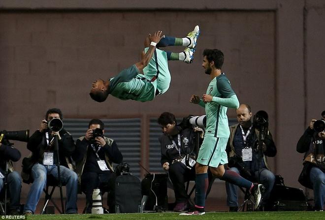 Ronaldo giup Bo Dao Nha thang doi tuyen so mot the gioi hinh anh 5