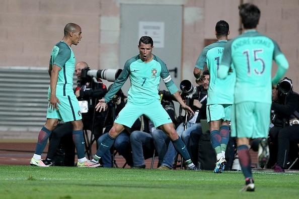 Ronaldo giup Bo Dao Nha thang doi tuyen so mot the gioi hinh anh 7
