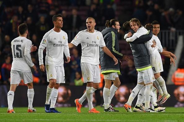 Ronaldo coi do an mung tran thang Barca hinh anh 4