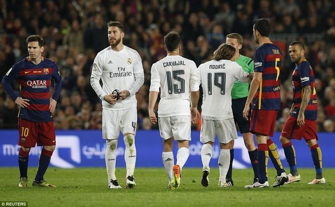 Ronaldo coi do an mung tran thang Barca hinh anh 6