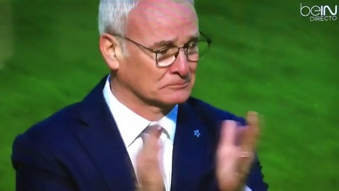 HLV Ranieri khoc khi Leicester tien gan cup vo dich hinh anh 1
