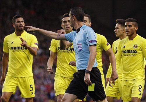 Trong tai bi chi trich vi nhe tay voi Liverpool hinh anh