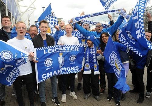 Fan Leicester duoc uong bia mien phi o tran gap Everton hinh anh