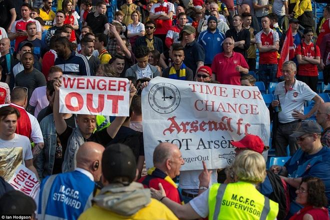 Arsenal hoa Man City 2-2, giup MU rong cua lot top 4 hinh anh 2