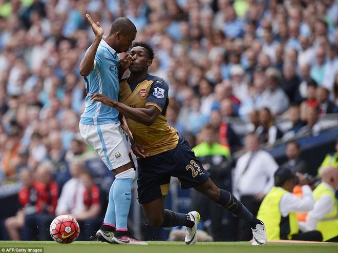 Arsenal hoa Man City 2-2, giup MU rong cua lot top 4 hinh anh 3