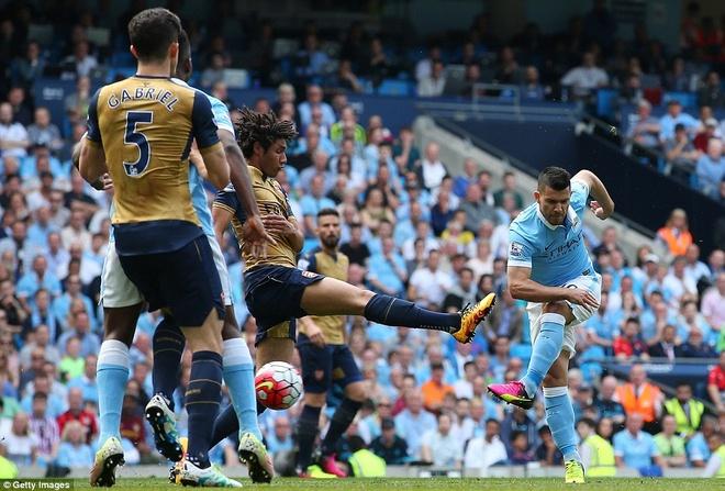Arsenal hoa Man City 2-2, giup MU rong cua lot top 4 hinh anh 4