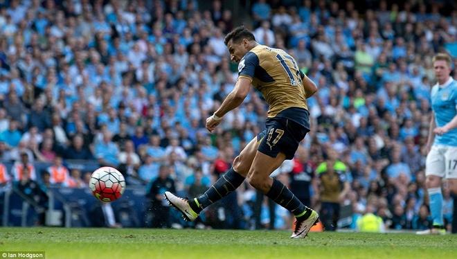 Arsenal hoa Man City 2-2, giup MU rong cua lot top 4 hinh anh 9