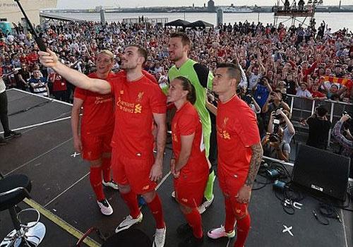 Liverpool cong bo ao dau mua toi hinh anh