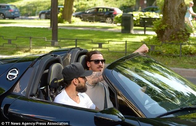 Ibrahimovic lai xe sang Porsche den san tap hinh anh 1