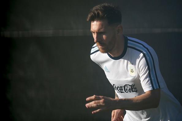 Messi tap mot minh sau khi ra toa vu tron thue hinh anh 1