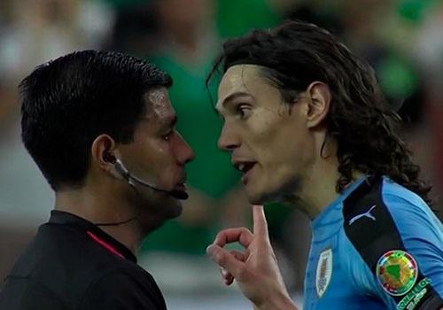 Uruguay vs Mexico (1-3): Trong tai rut 2 the do, 6 the vang hinh anh