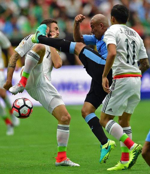 Uruguay vs Mexico (1-3): Trong tai rut 2 the do, 6 the vang hinh anh 10