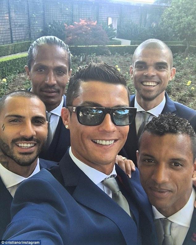 Ronaldo dien vest banh bao selfie cung dong doi hinh anh 1