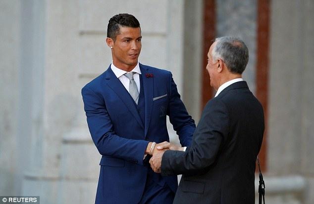 Ronaldo dien vest banh bao selfie cung dong doi hinh anh 3