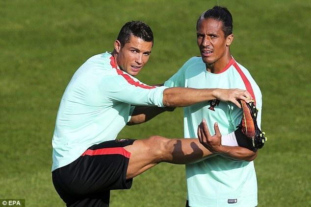 Fan mao hiem treo mai nha xem Ronaldo tap luyen hinh anh 3